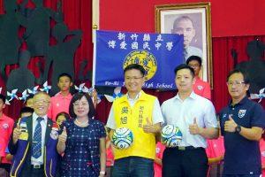 社會人士愛心贊助博愛國中足球隊出國比賽捐贈者與校長一起合影