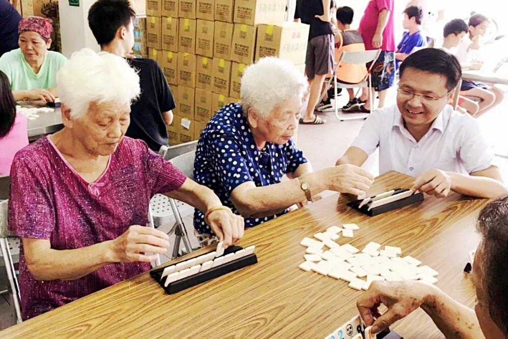 吳旭智議員到楊柳堂陪伴長者動腦玩桌遊