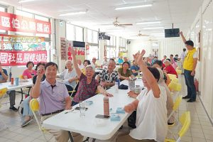 吳旭智議員到新國社區帶長者們一起玩桌遊