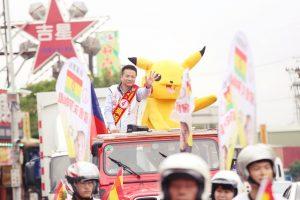 吳旭智與扮演寶可夢的義工群、支持者在選區內展開遊行造勢活動