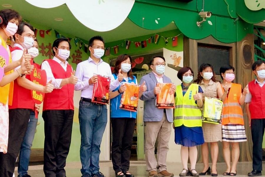 吳旭智議員偕同跨國成衣公司逆勢做愛心 捐贈新竹縣10所國中小志工背心